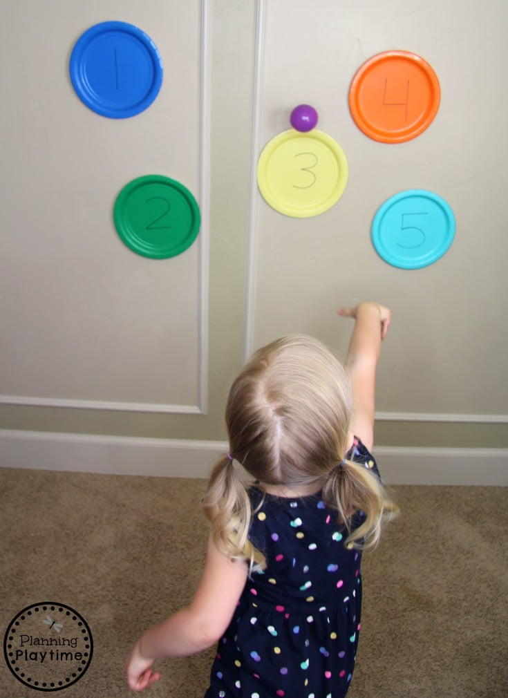Ball Throw and Count Activity for Toddlers - Fun Toddler Activities for Summer #toddler #toddleractivities #ideasfortoddlers #planningplaytime #ad